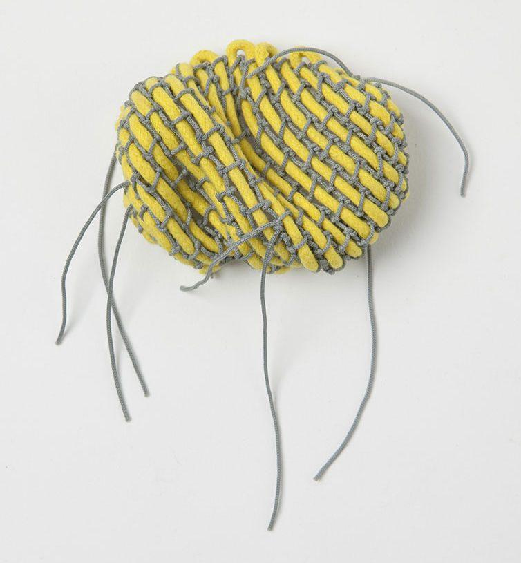 Barbara Schrobenhauser, Yellow and Grey, broche, 2019. Foto Mirei Takeuchi, draad, zilver, roestvrij staal