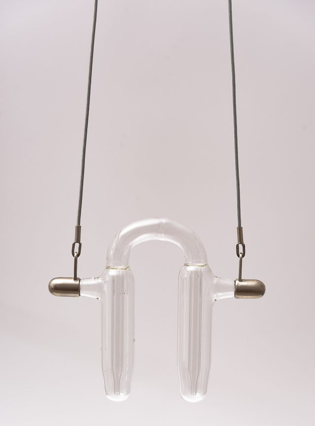 Teresa Milheiro, The Power of Fragility, halssieraad, 2019, gerecycled glas, verchroomd messing, polyester