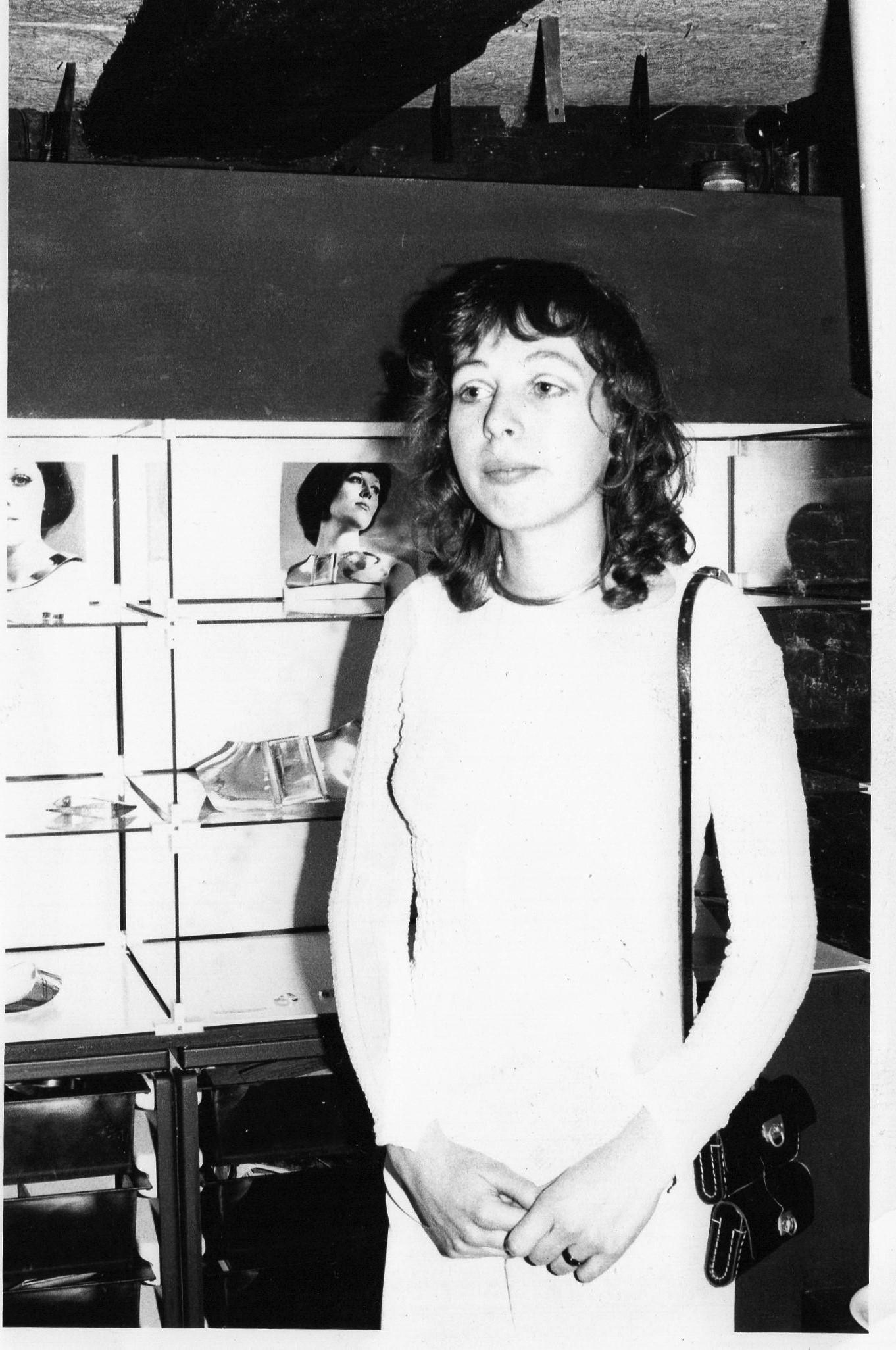 Lijsbeth Teding van Berkhout in Galerie Sieraad. Foto Candid Pix Press, portret