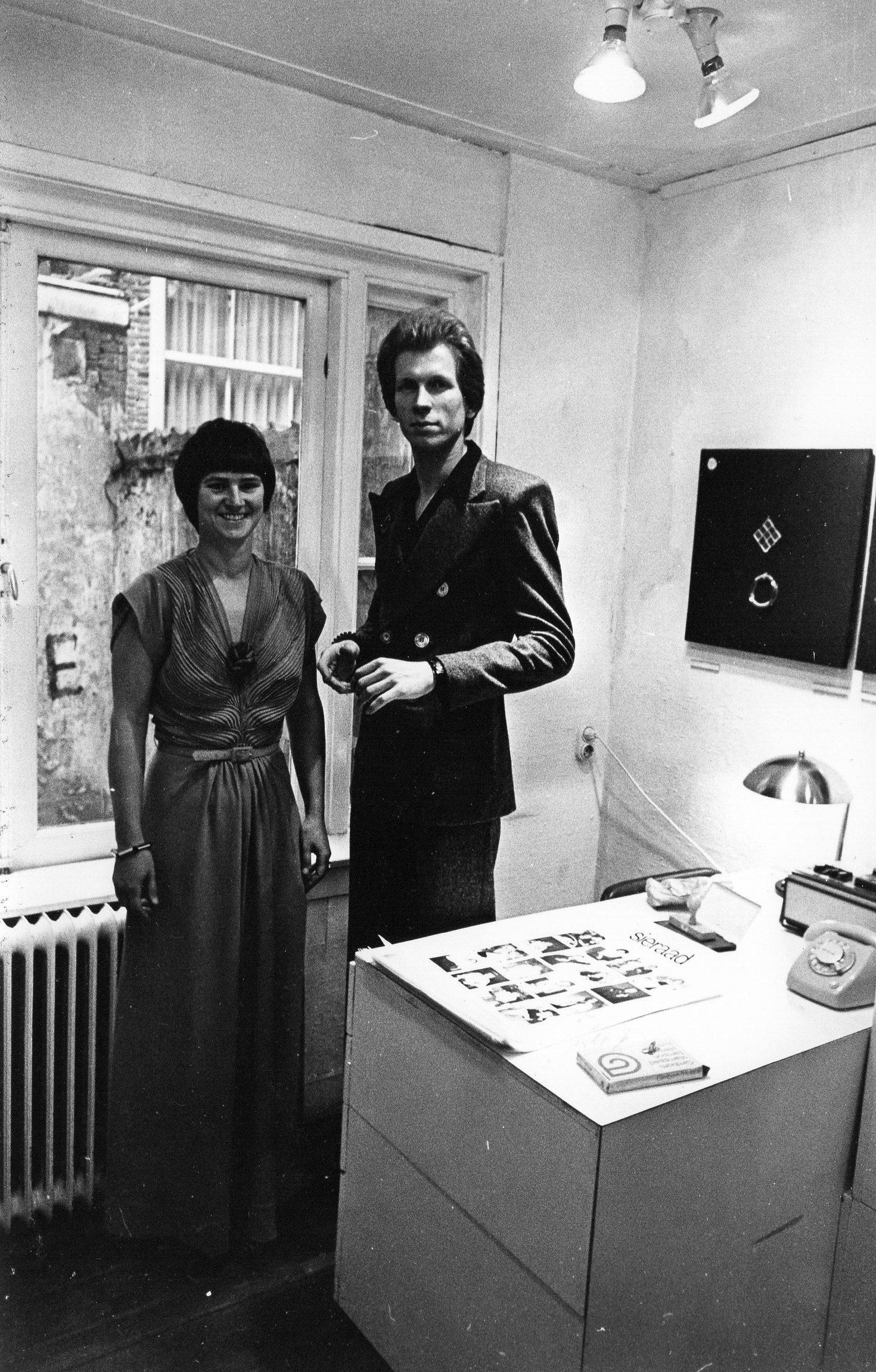 Lous Martin en Hans Appenzeller in Galerie Sierraad, interieru, portret, halssieraad, Norman Dilworth