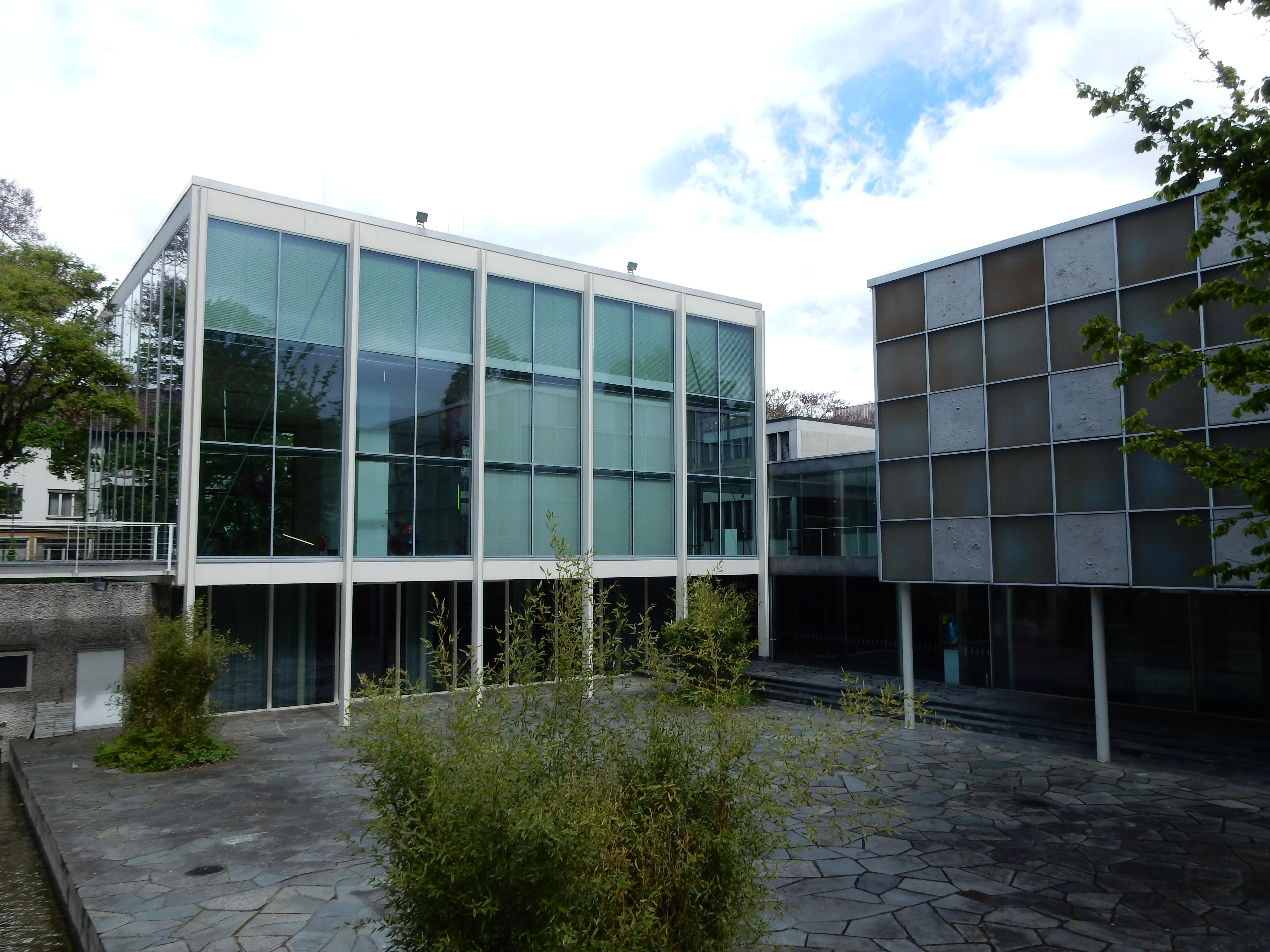 Schmuckmuseum Pforzheim, 11 mei 2019. Foto Coert Peter Krabbe, gevel, binnenplaats, exterieur