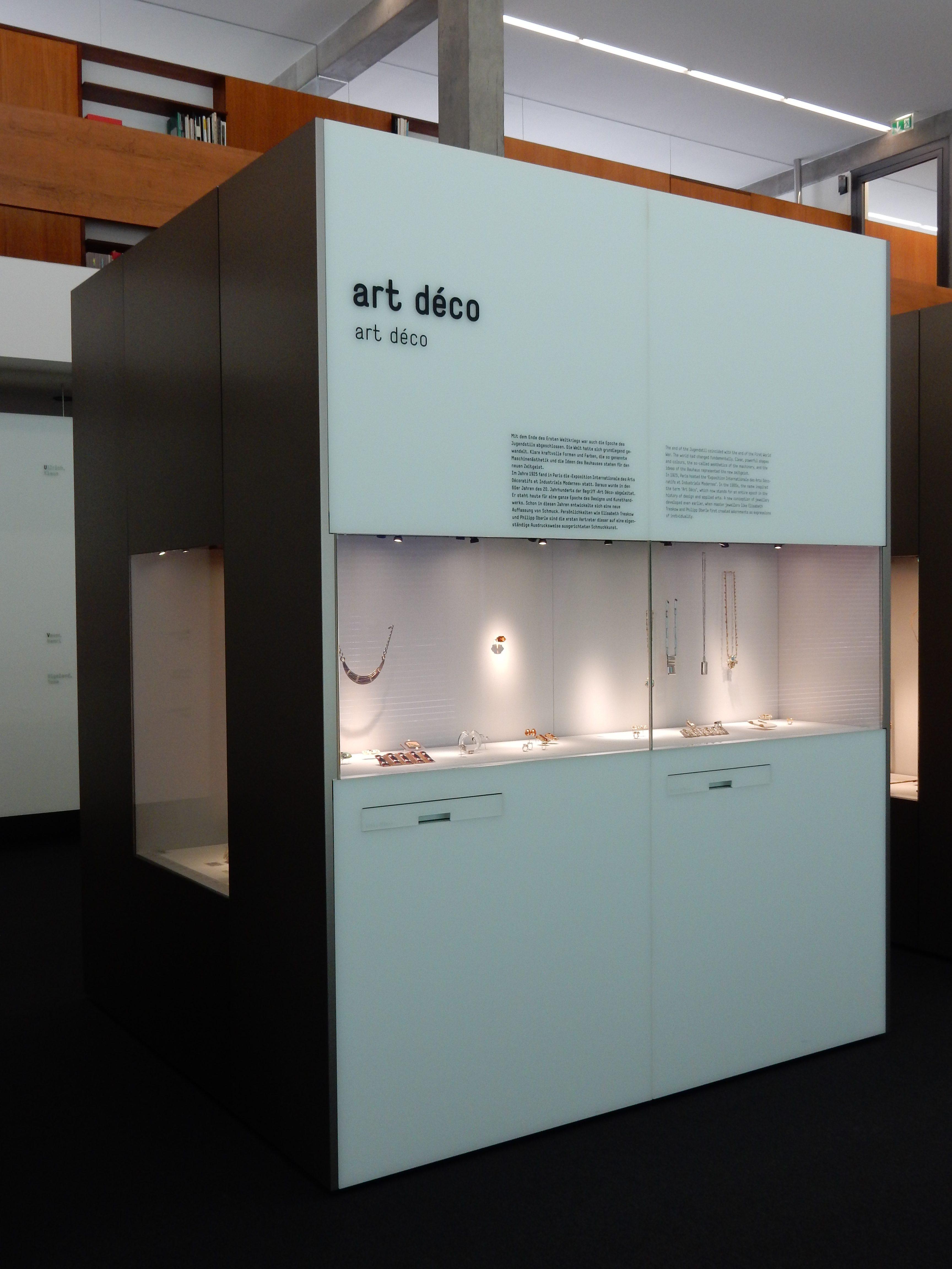 Schmuckmuseum Pforzheim, vitrine Art Déco, 11 mei 2019. Foto Coert Peter Krabbe, interieur