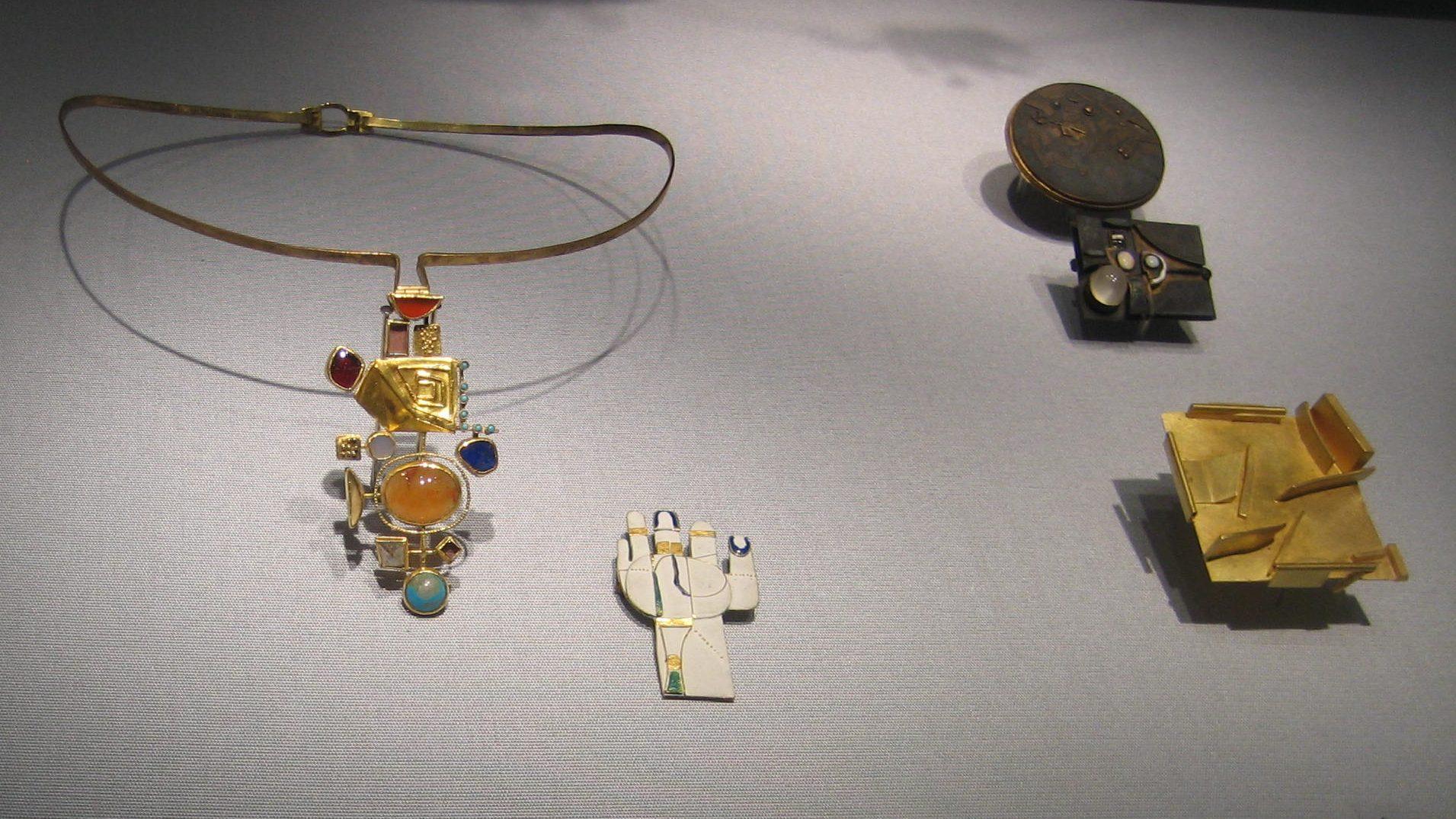 Hermann Jünger, halssieraad, 1963, broches, 1967, 1968, onbekend. Schmuckmuseum Pforzheim. Foto Esther Doornbusch, mei 2019, goud, zilver, email, maansteen