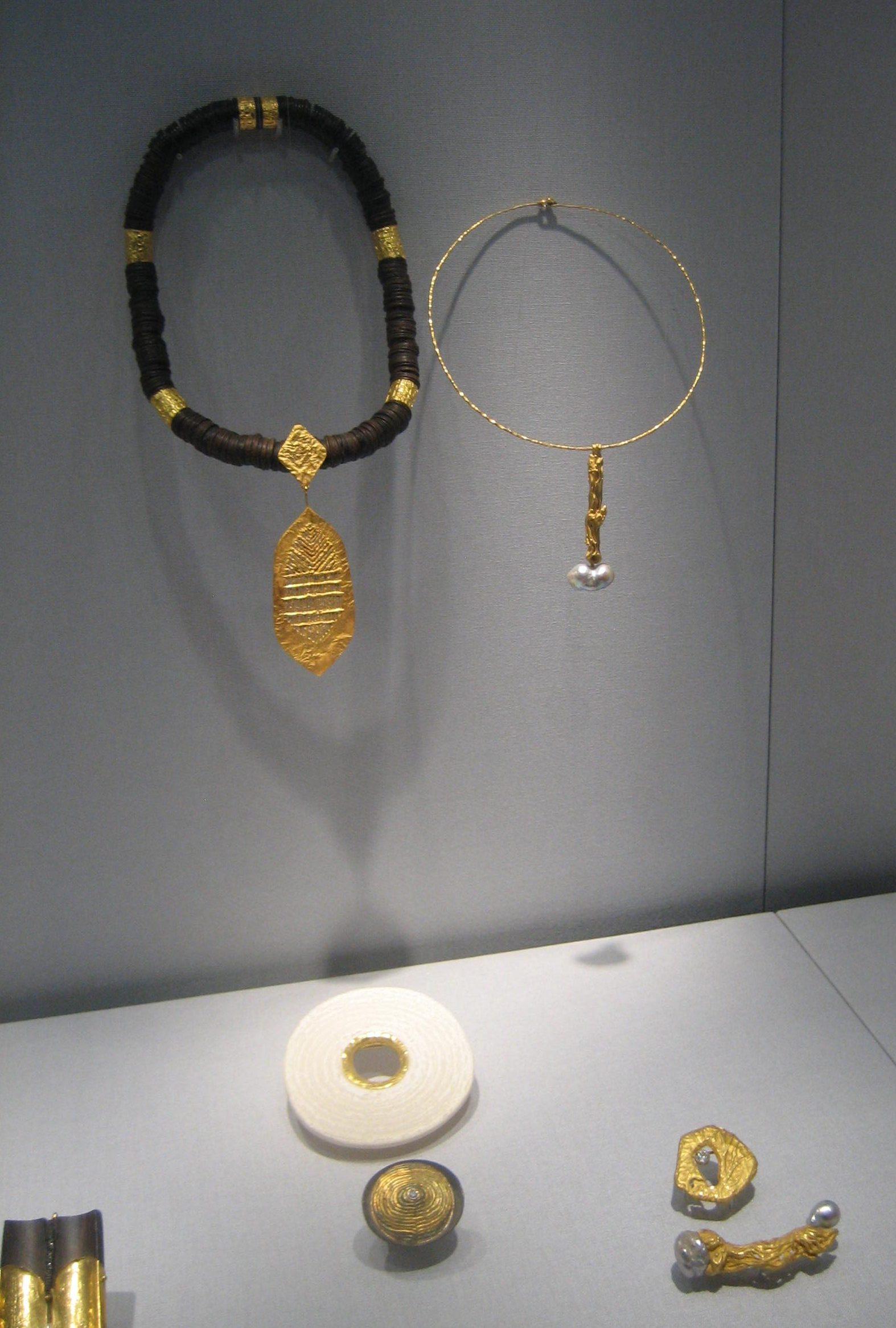 Ebbe Weiss-Weingart. Schmuckmuseum Pforzheim. Foto Coert Peter Krabbe, mei 2019, goud, vitrine, ebbenhout, ivoor, diamant, parel