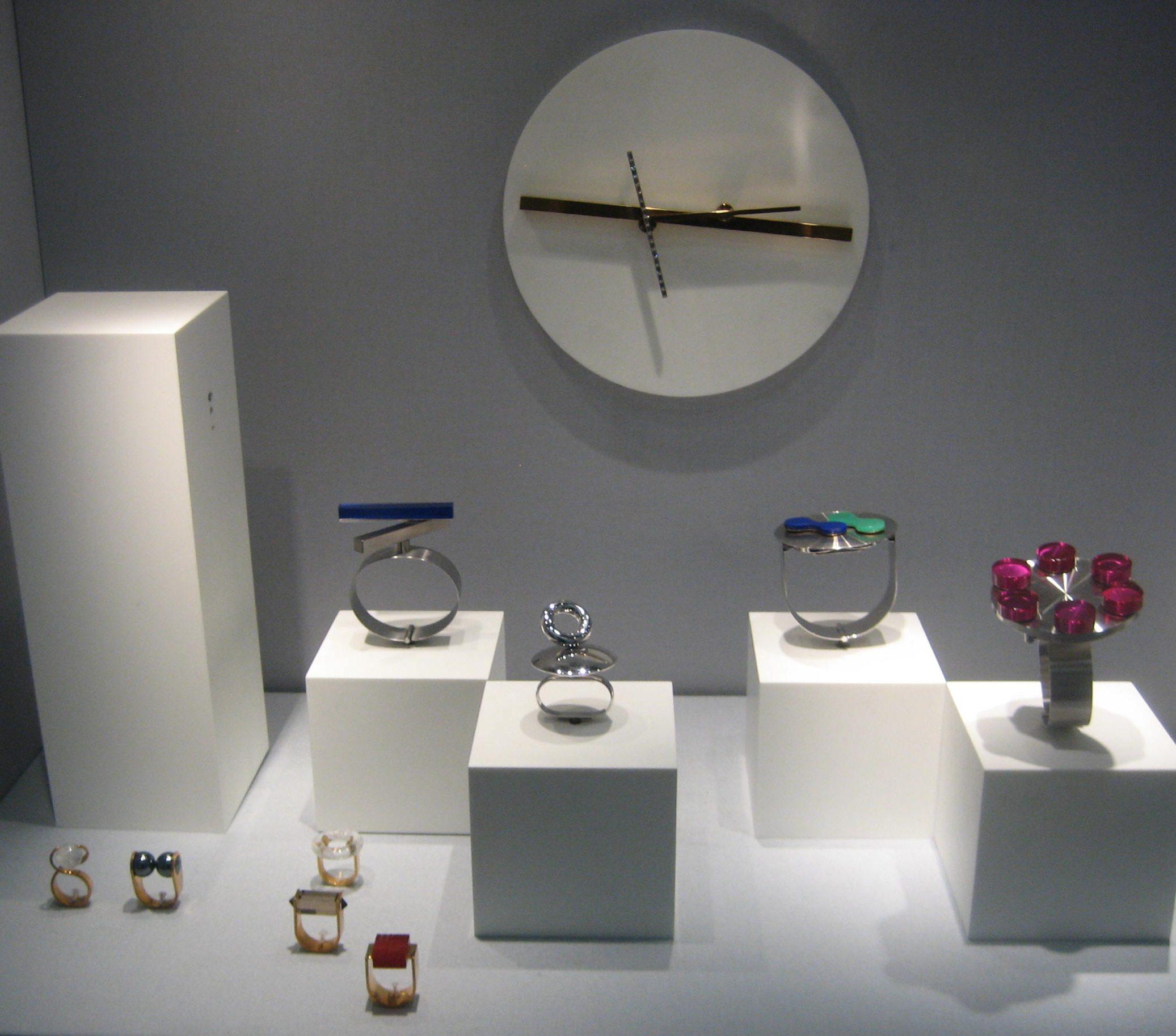 Friedrich Becker. Collectie Schmuckmuseum Pforzheim. Foto Coert Peter Krabbe, mei 2019, ringen, armbanden