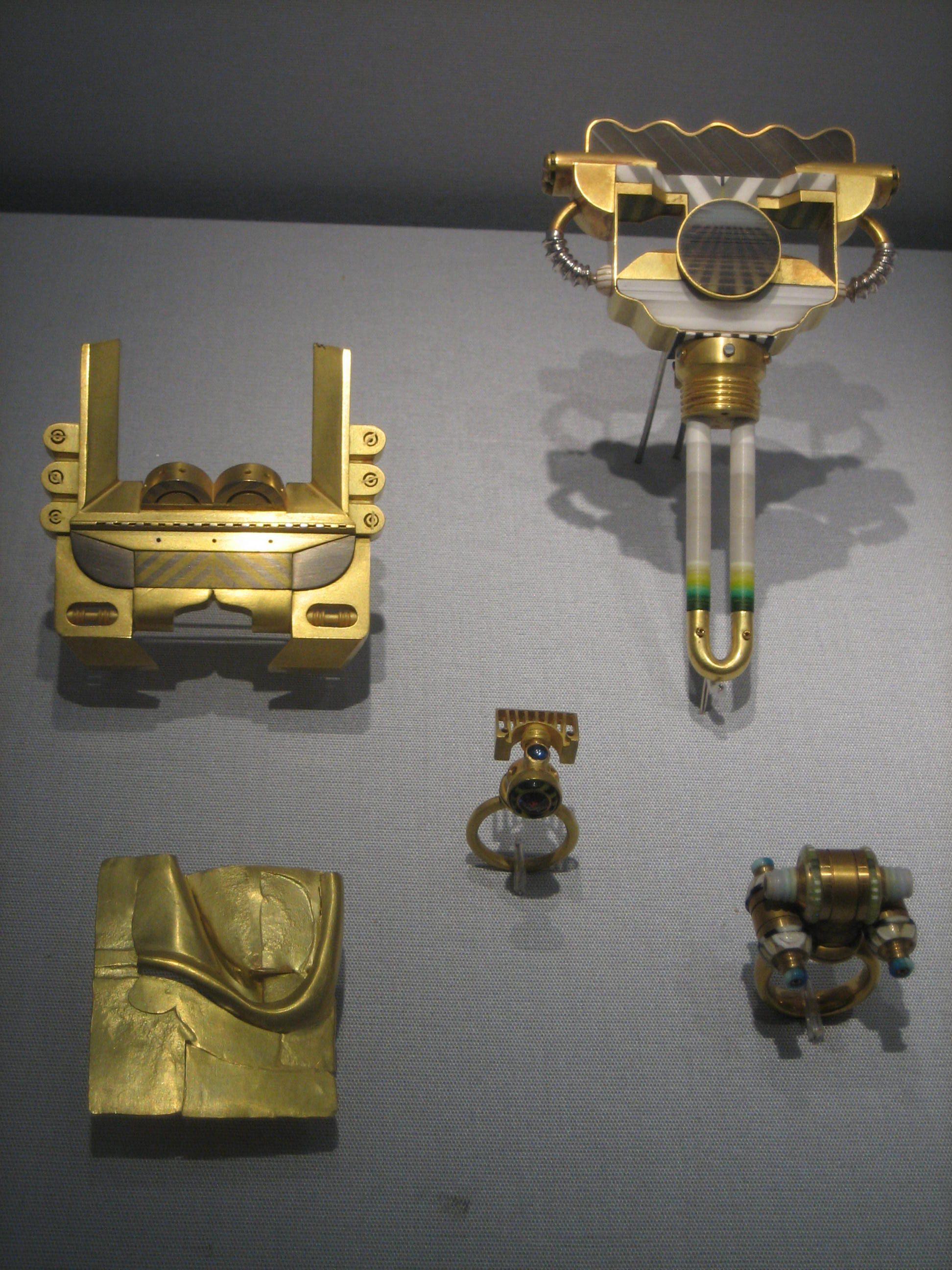 Claus Bury, sieraden, 1967-1978. Collectie Schmuckmuseum Pforzheim. Foto Coert Peter Krabbe, mei 2019, goud, acryl, toermalijn, koper