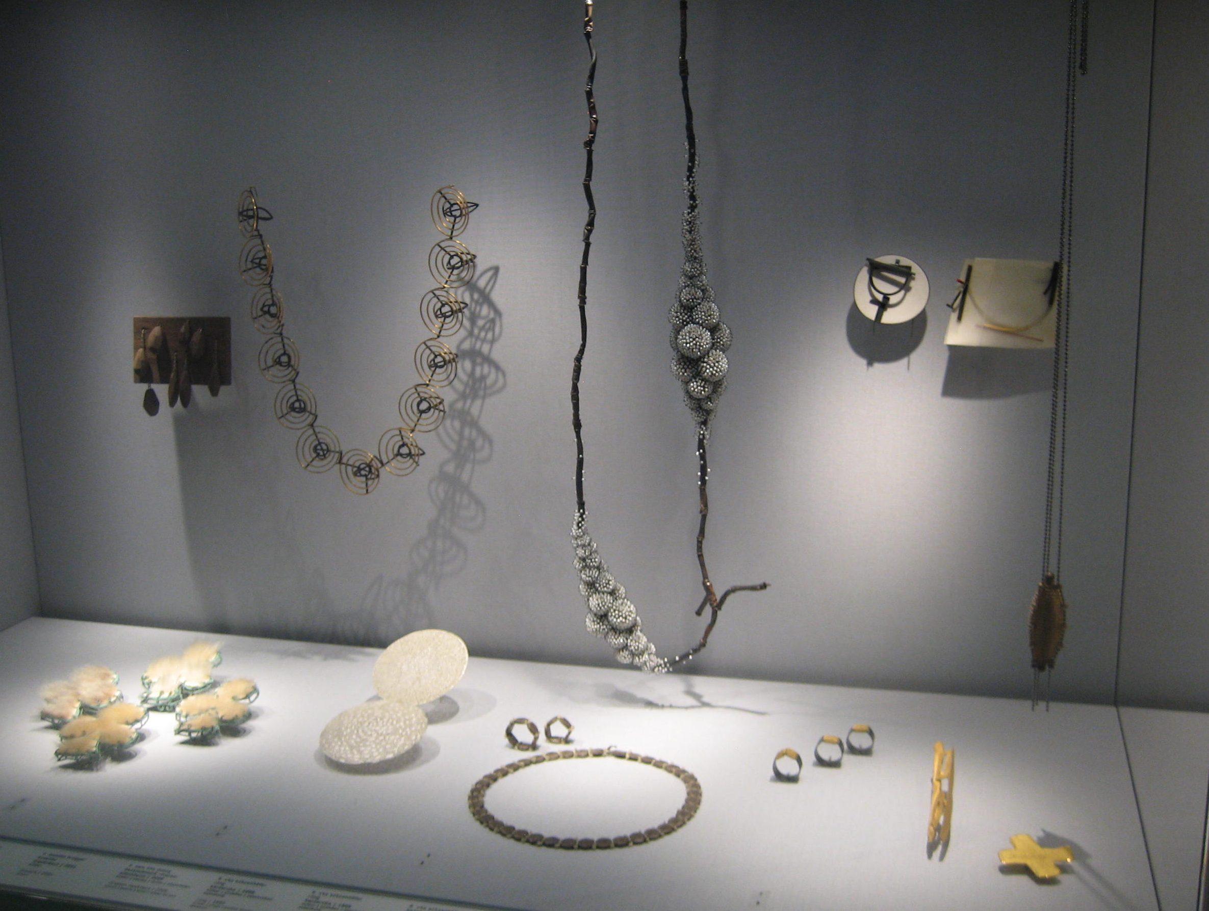 Collectie Schmuckmuseum Pforzheim. Foto Coert Peter Krabbe, mei 2019, vitrine, Rian de Jong, Monika Brügger, Ute Eitzenhöfer, Sam-Tho Duong, parel, bont, textiel, zilver