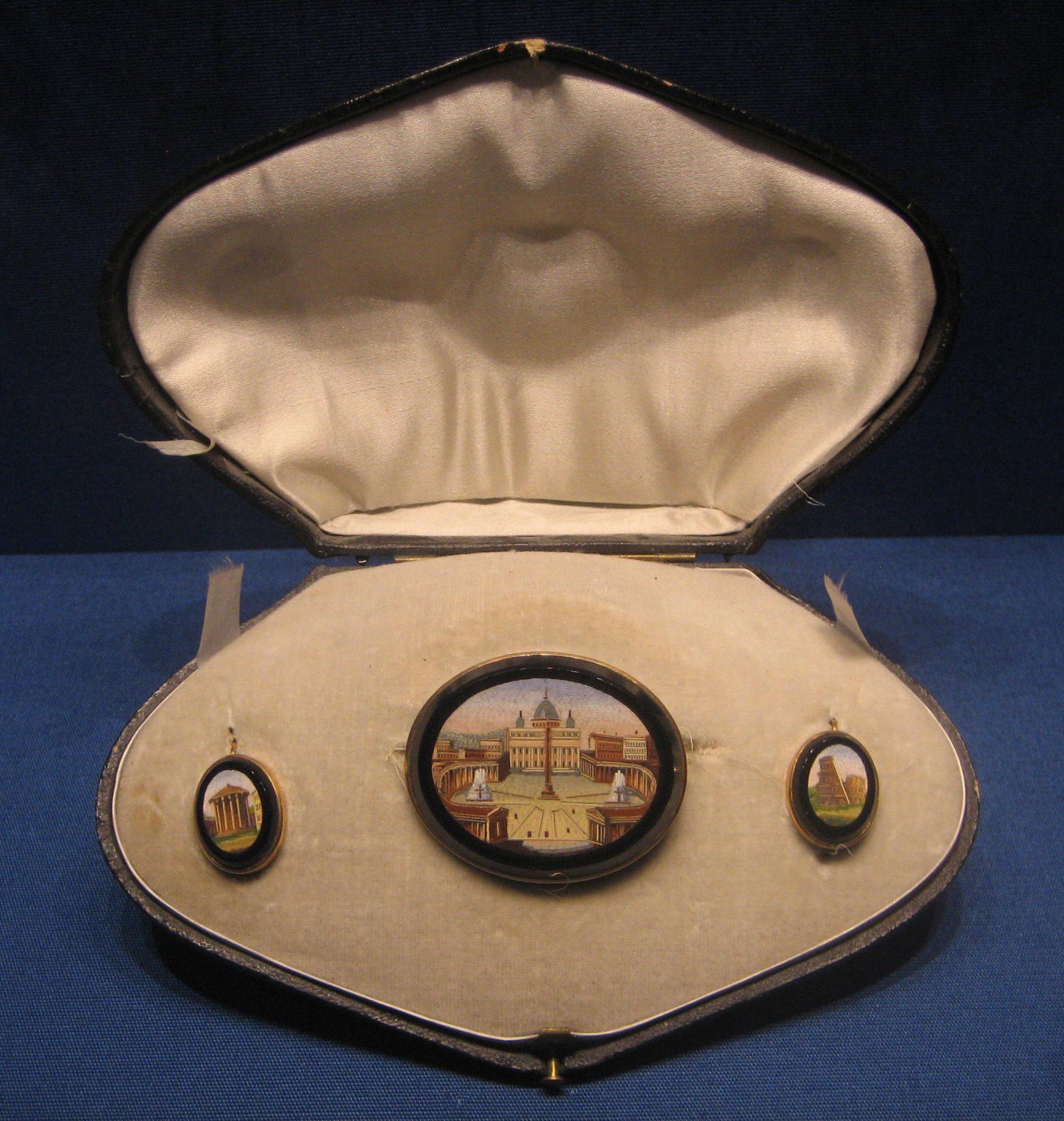 Broche en oorsieraden in foedraal, circa 1859. Schmuckmuseum Pforzheim. Foto Esther Doornbusch, mei 2019, micromozaïek