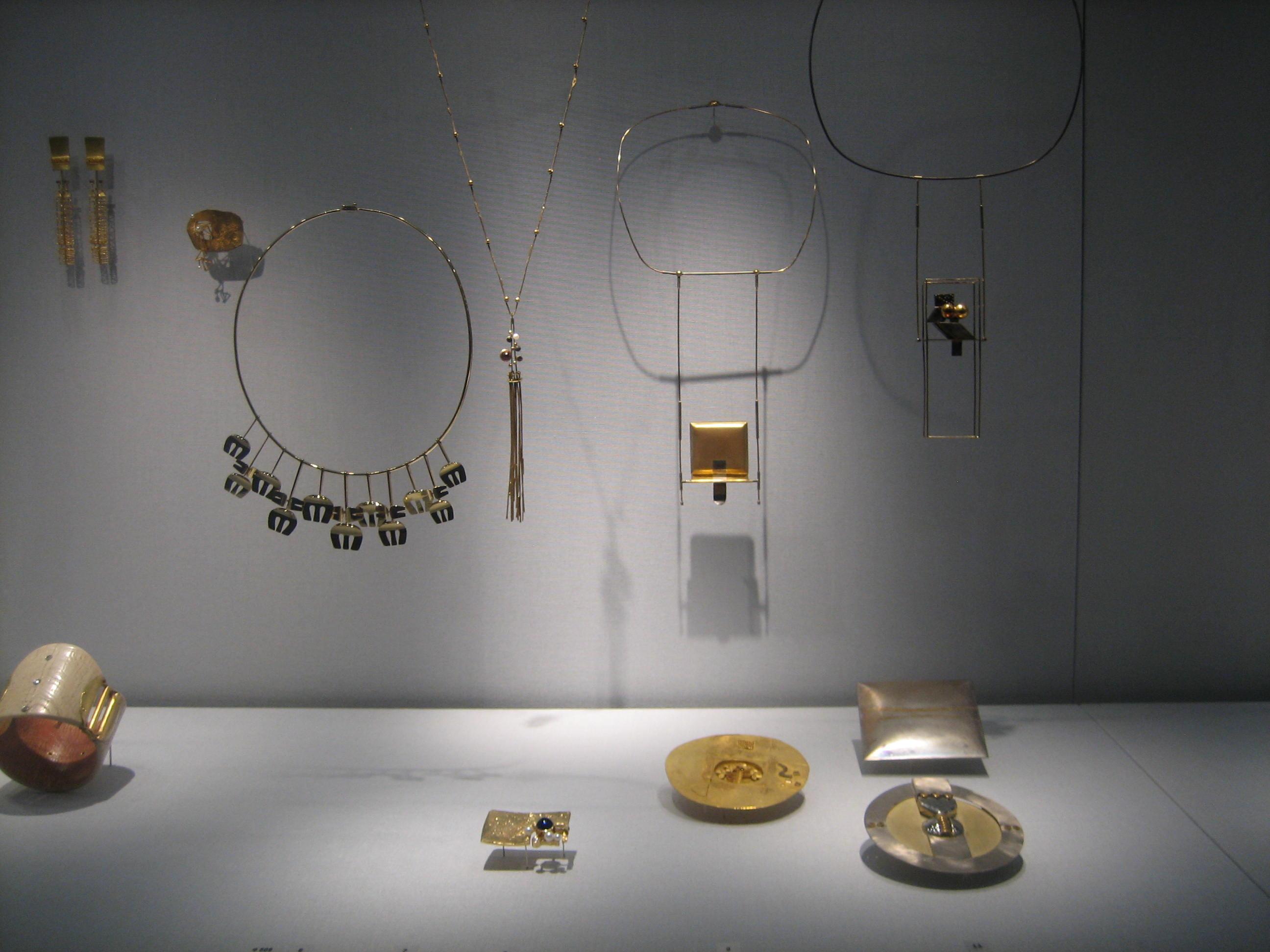 Reinhold Reiling. Collectie Schmuckmuseum Pforzheim. Foto Esther Doornbusch, mei 2019, vitrine, goud