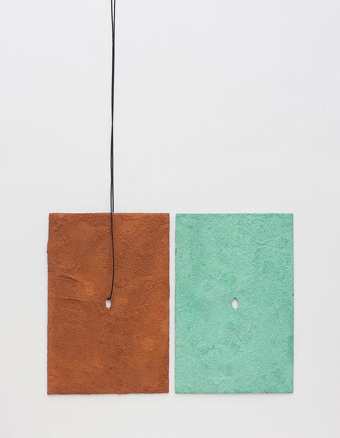 Pedro Sequiera, halssieraden, 2019, roestvrij staal, nylondraad, steenpoeder, malachiet