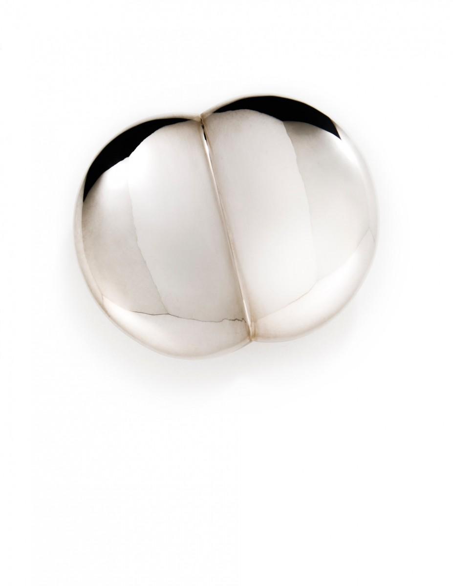 Noon Passama, Extra Button, broche, 2018, zilver, koper
