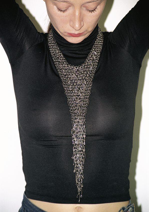 Paula Crespo, halssieraad, 2001, geoxideerd zilver, ioliet