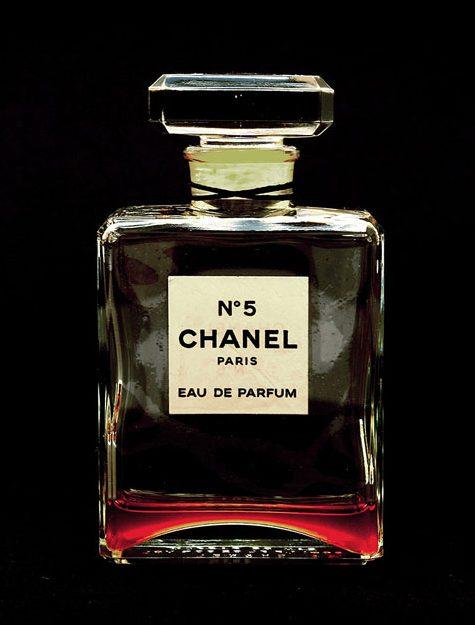 Chanel No. 5. Foto Veronika Fabian, glas, parfum, papier