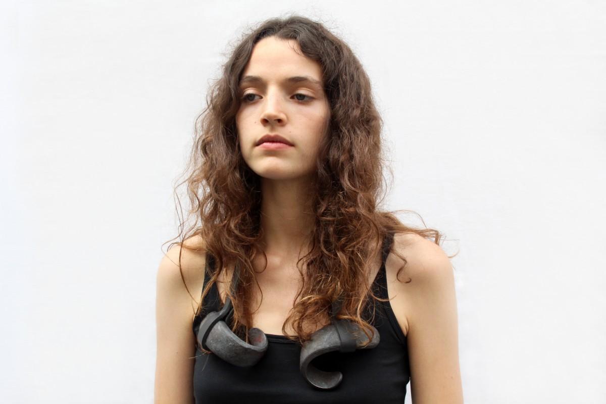 Sophie Hanagarth, French Kiss, halssieraad, 2014, leer, ijzer