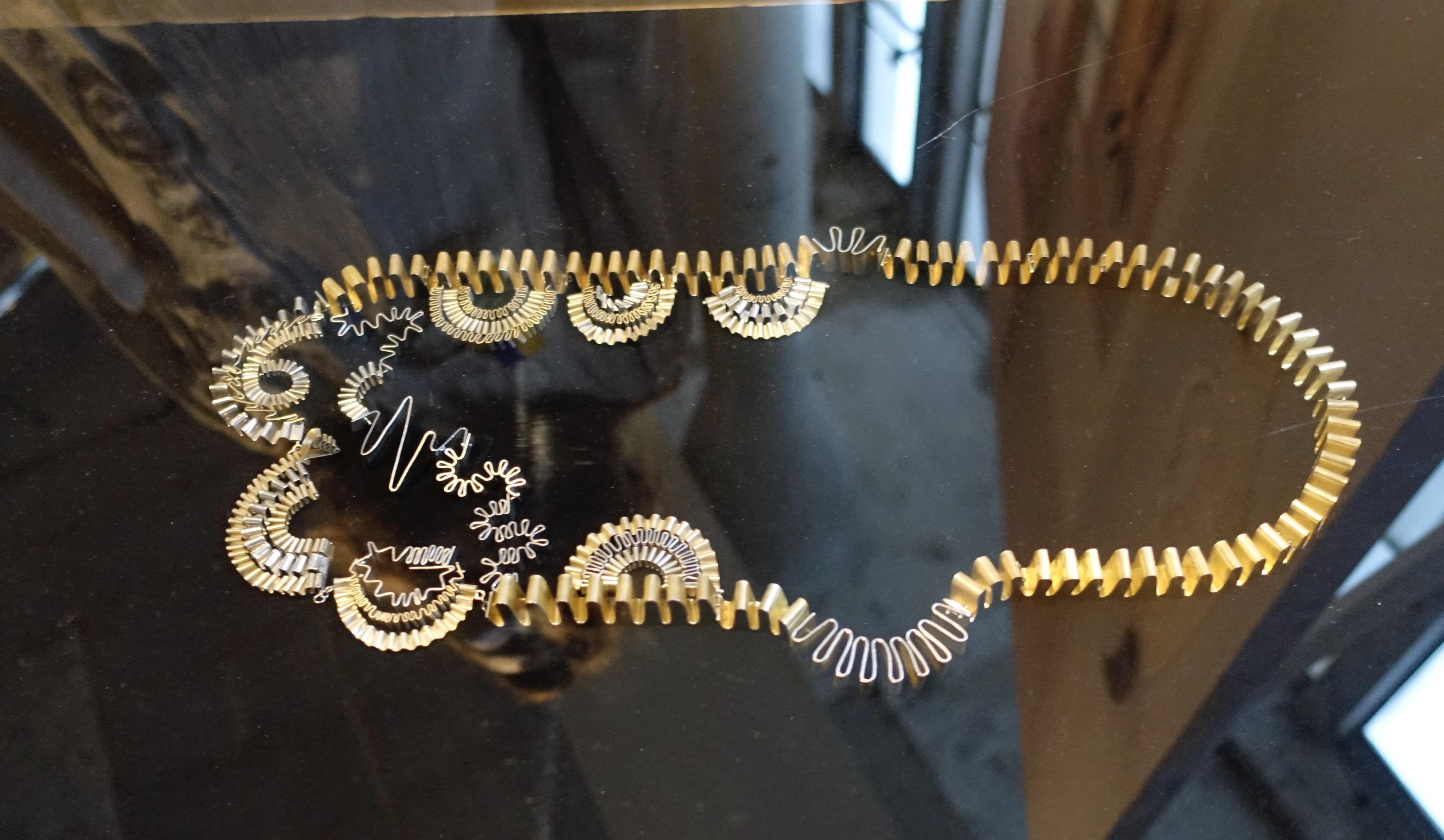 Eva van Kempen, halssieraad, Challenging Jewellery, Het HEM, Zaandam, 2020. Foto M.O., , geanodiseerd aluminium, zilver