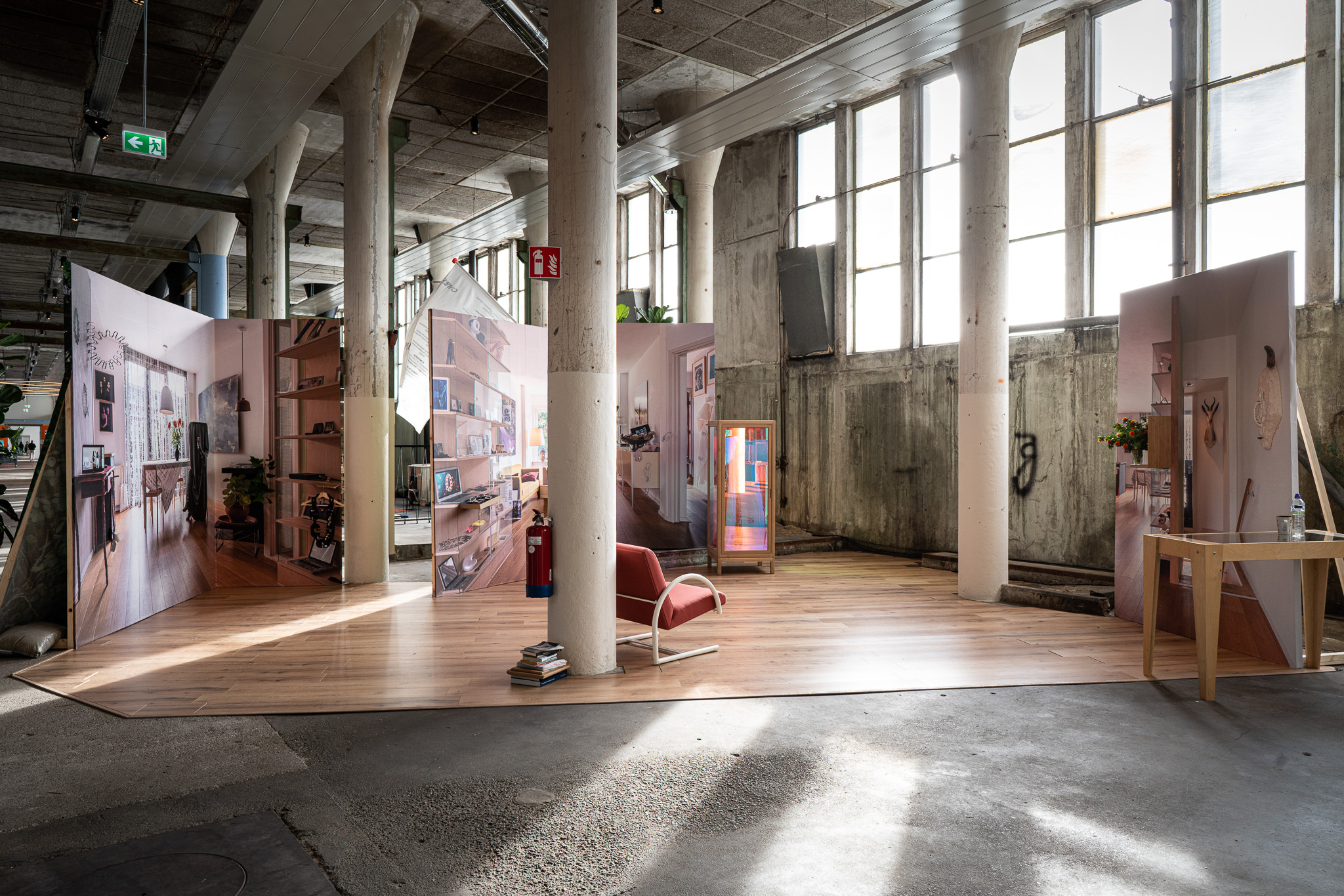 Examententoonstelling Challenging Jewellery, Het HEM, Zaandam, 2020. Wallscape door BLESS en Seline Durrer. Foto Ayako Nishibori