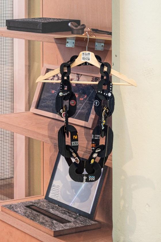 Veronika Fabian, Chained. Examententoonstelling Challenging Jewellery, Het HEM, Zaandam, 2020. Wallscape door BLESS en Seline Durrer. Foto Ayako Nishibori