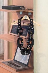 Veronika Fabian, Chained. Examententoonstelling Challenging Jewellery, Het HEM, Zaandam, 2020. Wallscape door BLESS. Foto Ayako Nishibori