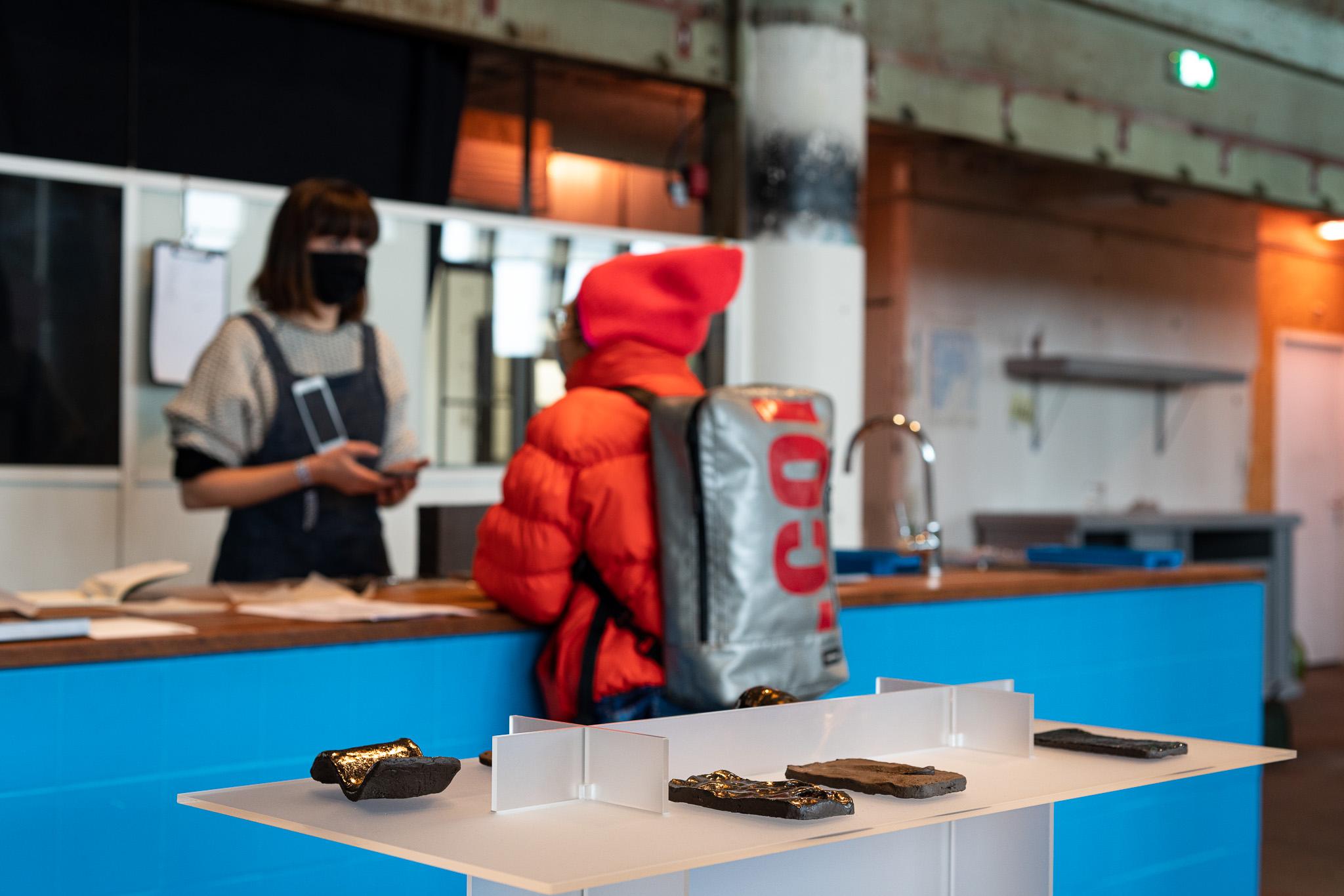 Morgane de Klerk, replica's van smartphones. Examententoonstelling Challenging Jewellery, Het HEM, Zaandam, 2020. Foto Ayako Nishibori