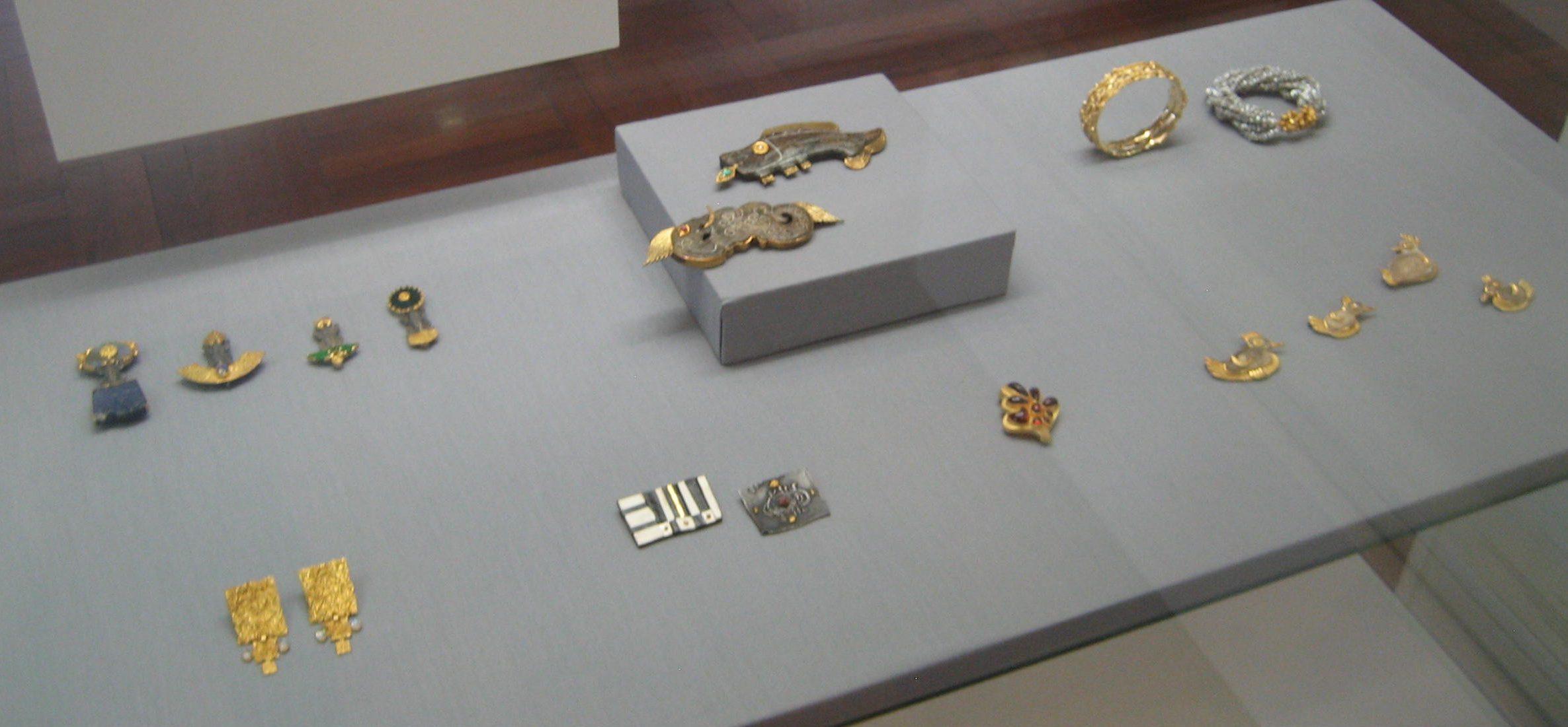 Ebbe Weiss-Weingart, broches, armbanden. Collectie Deutsches Goldschmiedehaus Hanau, goud, vitrine