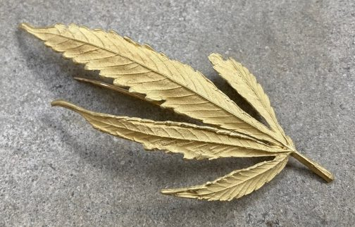 John Iversen, Pot Leaves, broche, 2020, goud
