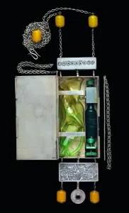 Mary Ann Scherr, Electronic Oxygen Belt Pendant, halssieraad, 1974. Collectie Museum of Arts and Design. Foto John Bigelow Taylor, kunststof, zilver, elektronica