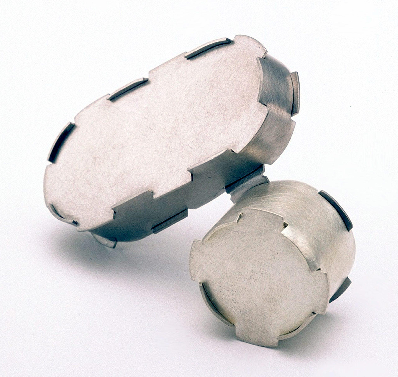 Simon Cottrell, Capsule Silver Circ, broche, 2003, Monel 400, roestvrij staal
