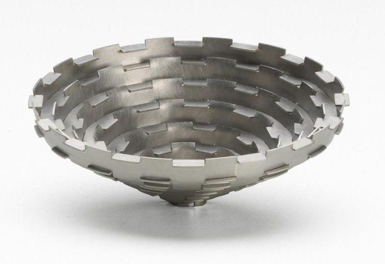Simon Cottrell, Cone no. 4, broche, 2004, Monel 400, roestvrij staal