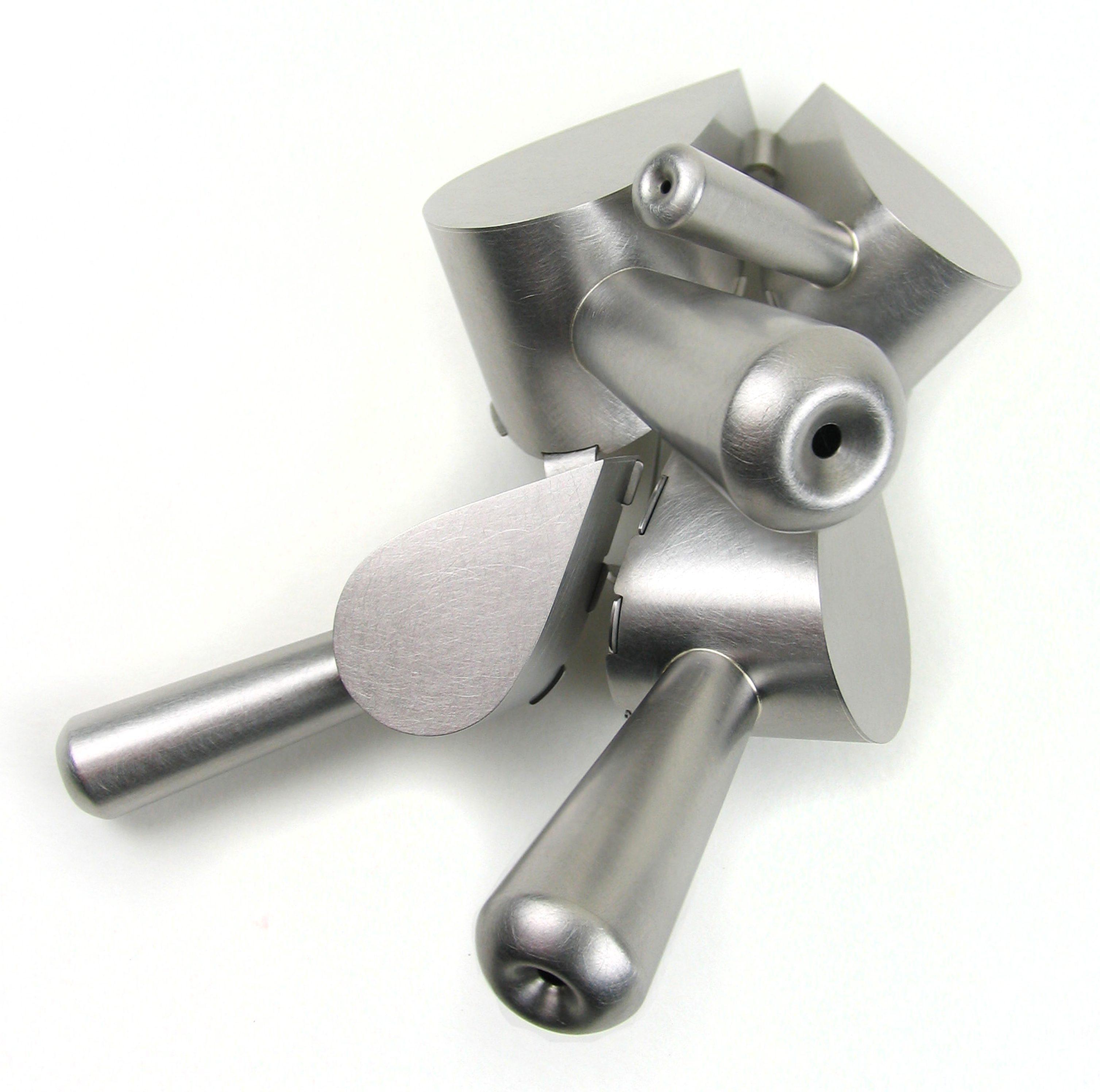 Simon Cottrell, Four Focused Barrelled Drops, broche, 2011, Monel 400, roestvrij staal