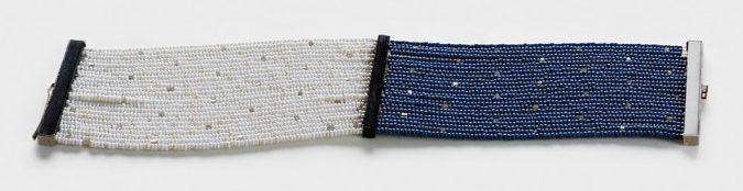 Julie Mollenhauer, armband, 2014. Foto Thomas Lenden, antieke glaskralen, grijze diamanten, witgoud, bot, hoorn