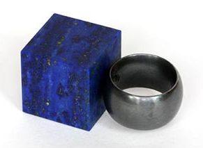Warwick Freeman, Blue Cube on Black Ring, ring, 2011, lapis lazuli, gezwart zilver