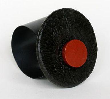 Warwick Freeman, Red Cuff (Lucio). ring, 2011, zilver, jaspis, pokhout