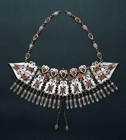 Sieraad, Turkmenistan, 1900-1999. Collectie World Jewellery Museum, verguld zilver, carneool