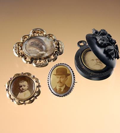 Medaillons, broches, Belgie, Frankrijk, Verenigd Koninkrijk, 1880-1910. Collectie World Jewellery Museum, goud, zilver, git, foto, menselijk haar