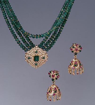Verenigd Koninkrijk, halssieraad en oorsieraden, 1980. Collectie World Jewellery Museum, smaragd, diamant, goud, robijn