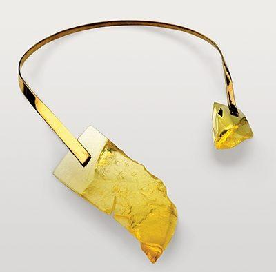 Svatopluk Kasalý, halssieraad, 1998. Collectie World Jewellery Museum, glas, messing, goud