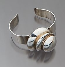 Maryon Kantaroff, armband, 1980. Collectie World Jewellery Museum, goldplated zilver