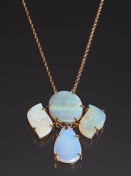 E.B. Cox, halssieraad, 1980. Collectie World Jewellery Museum, goud, opaal