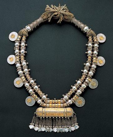 Halssieraad, Oman, 1800-1899. Collectie World Jewellery Museum, zilver, goud