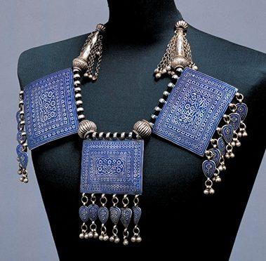 Halssieraad, Pakistan, 1900-1949. Collectie World Jewellery Museum, zilver, email, lapis lazuli