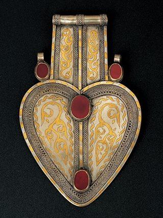 Halssieraad, Turkmenistan, 1900-1949. Collectie World Jewellery Museum, verguld zilver, carneool