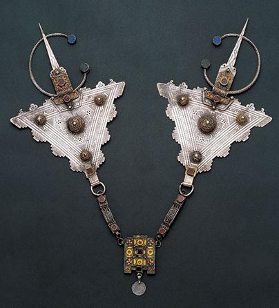 Halssieraad, Marokko, 1900-1949. Collectie World Jewellery Museum, zilver, carneool, email, stenen