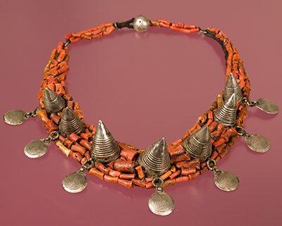 Halssieraad, Marokko, 1900-1999. Collectie World Jewellery Museum, koraal, zilver