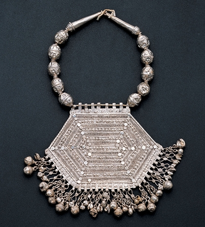Halssieraad, Jemen, 1900-1949. Collectie World Jewellery Museum, zilver