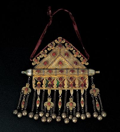 Halssieraad, Centraal Azië, 1900-1950. Collectie World Jewellery Museum, verguld zilver, carneool