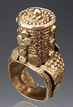 Ring, Soedan, 1900-1999. Collectie World Jewellery Museum, verguld zilver