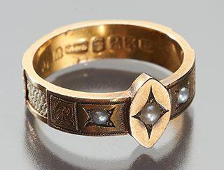 Ring, Verenigd Koninkrijk, 1850-1859. Collectie World Jewellery Museum, goud, parels, menselijk haar