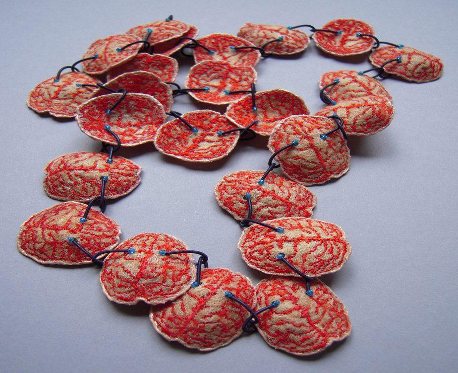Hilde Foks, Keting, halssieraad, 2005, mensenhaar, acryl, staal, glas, nylon, lak