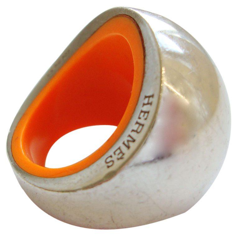 Hermès, ring, circa 1990. Foto Kimberly Klosterman, kunststof, zilver