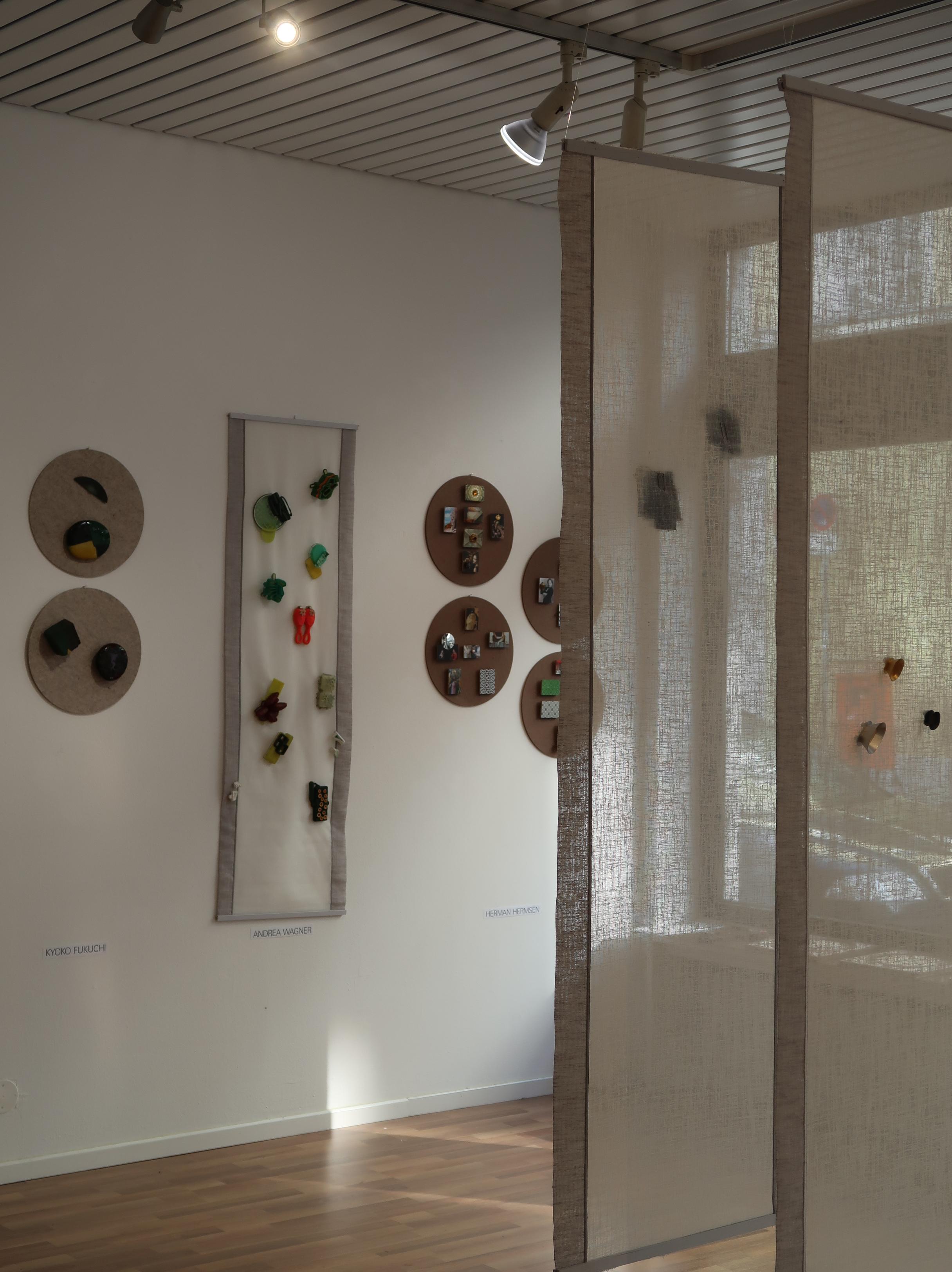 Broches, Galerie Spektrum op locatie, München, 13 maart 2020. Foto Coert Peter Krabbe, Andrea Wagner, Herman Hermsen